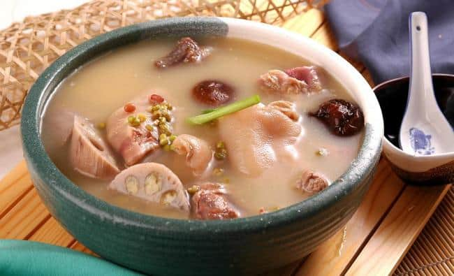 A Super Soup For Whitening And Detoxification – Lotus Root and Pig Feet Soup Recipe